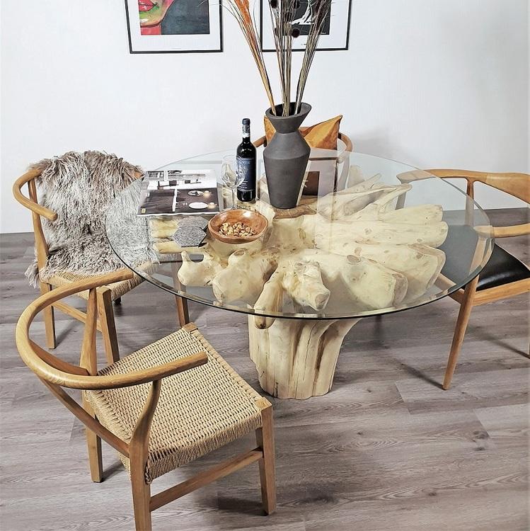 matbord av rot med glasskiva och tre trästolar