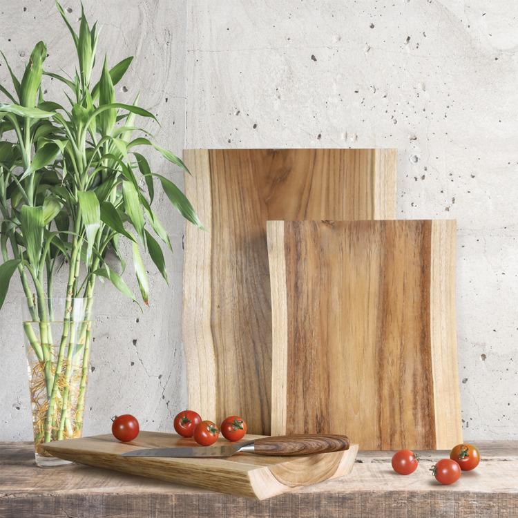 Tre skärbrädor av trä, kniv och tomater