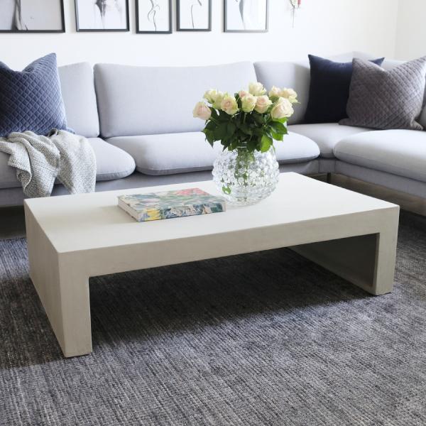 Soffbord av grå betong vid soffa