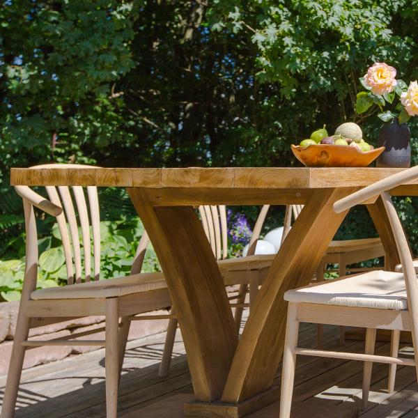 Matbord av trä med trästolar
