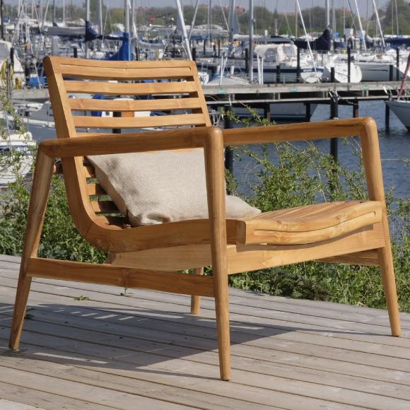 Träfåtölj på trädäck vid båtar