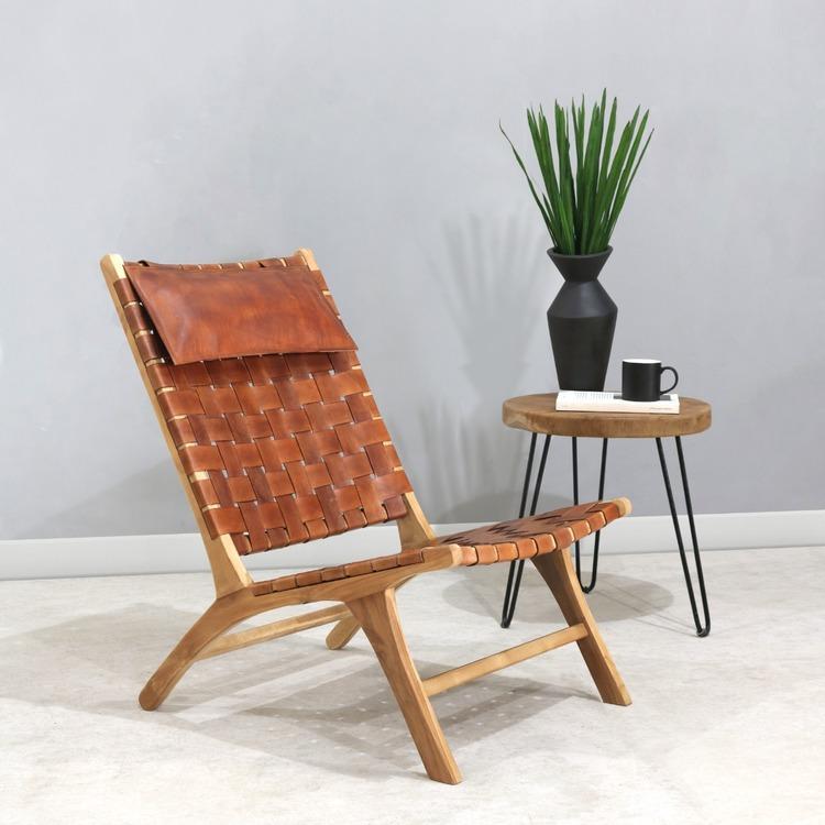 träfåtölj med lädersits och träbord