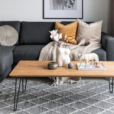 soffbord av trä med metallben framför soffa