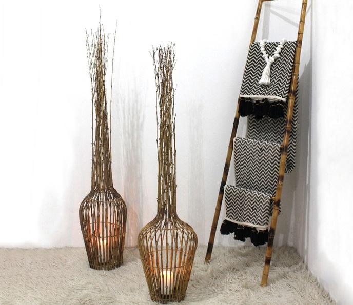 dekoration av kvistar med ljus i  samt stege och filtar