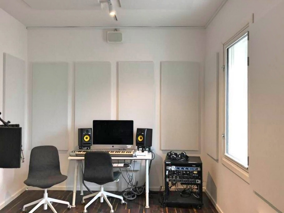 Studio at the music and performance school 'Akademiet' in Copenhagen. White acoustic panels on walls and ceiling. All acoustics made by Intelligent Space (INSP)