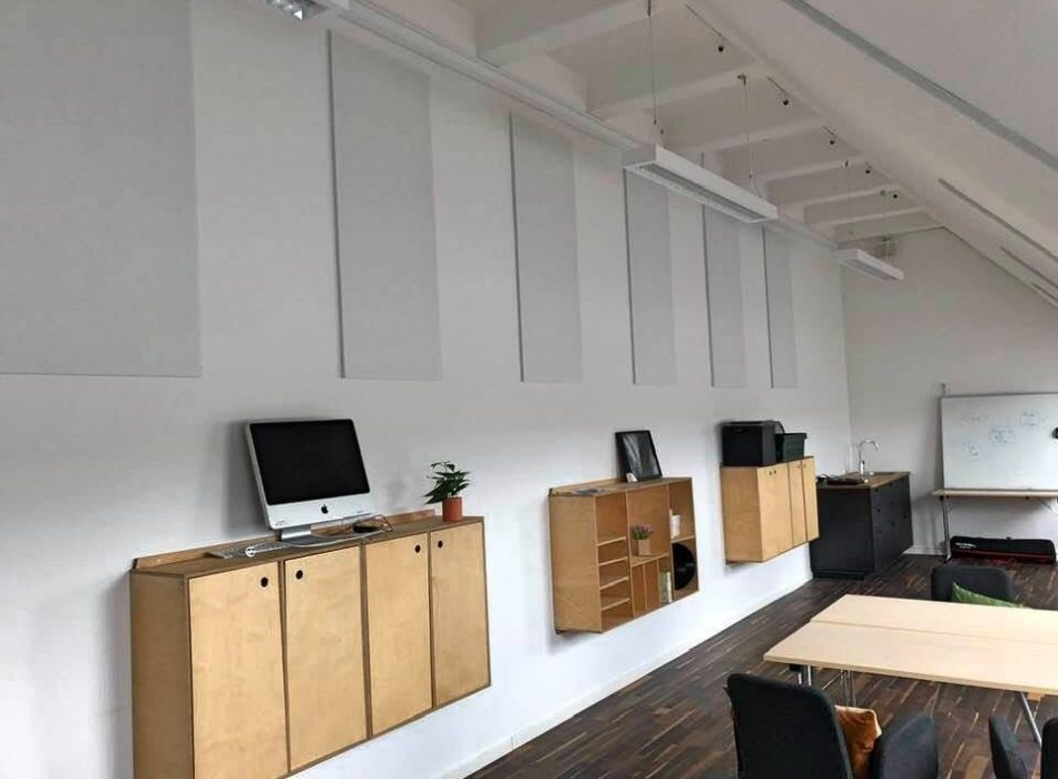 Class room at the music and performance school 'Akademiet' in Copenhagen. White acoustic panels on the wall. All acoustics made by Intelligent Space (INSP)