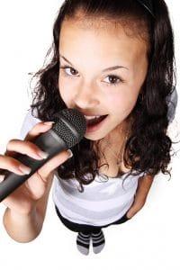 Sångerska med mikrofon