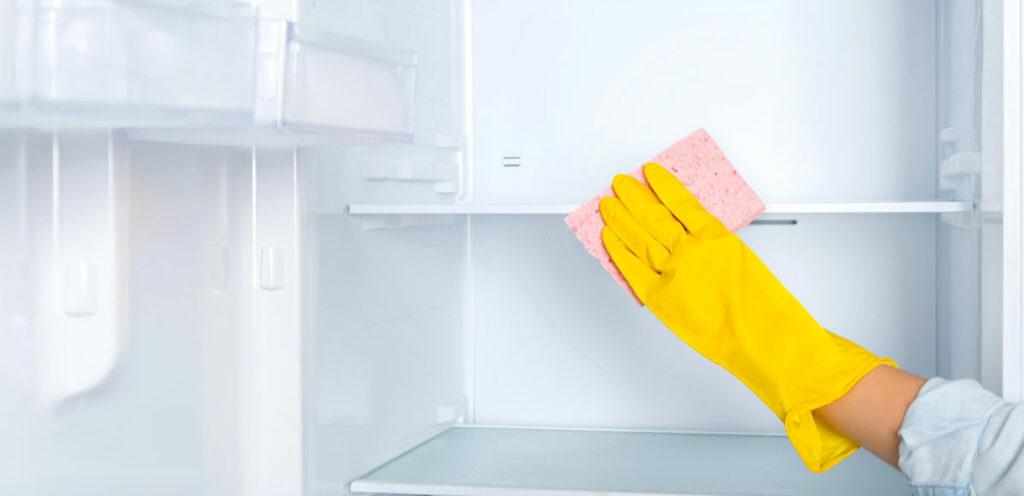 Så-rengör-man-kylskåpet---Jordgubbsprinsen-flyttfirma-i-Stockholm-Städfirma