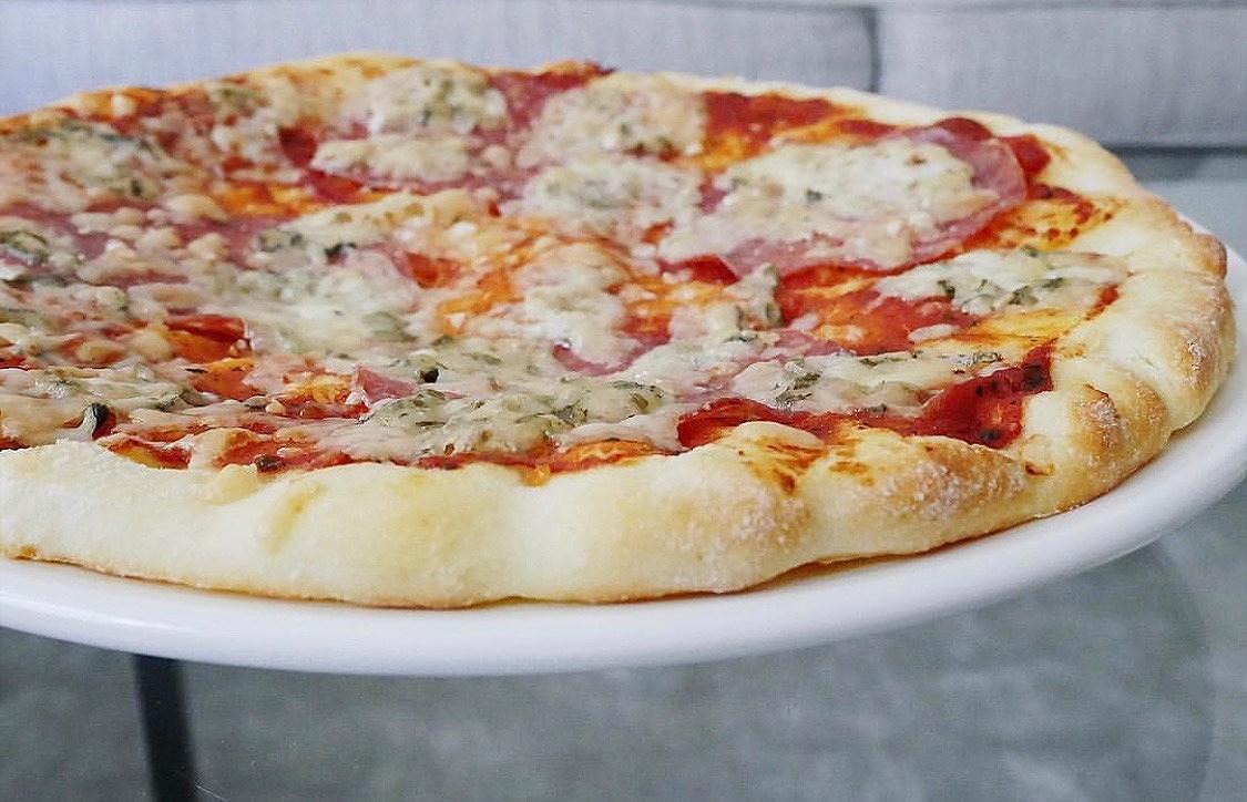 Glutenfri pizza med salami och gorgonzola