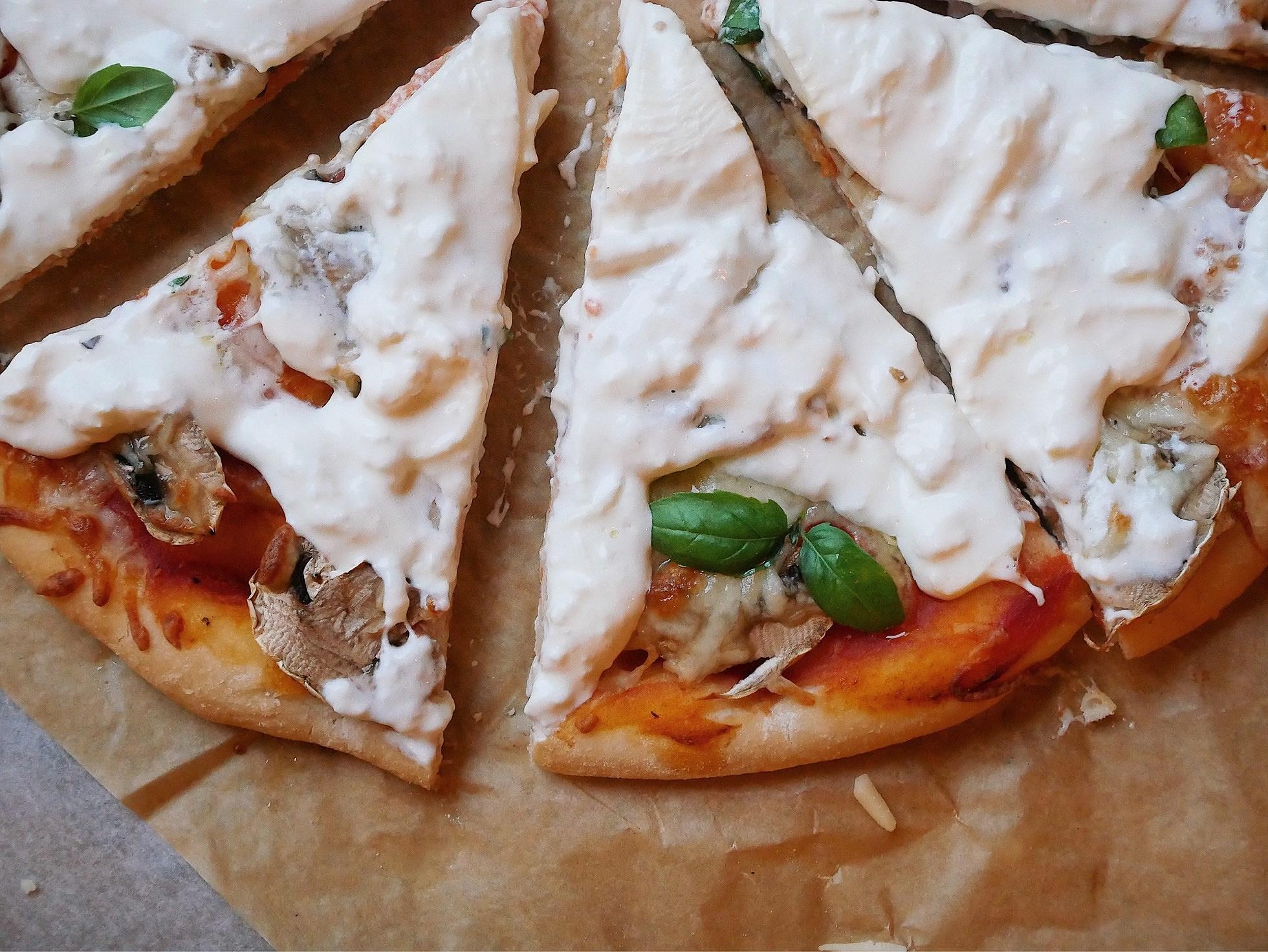 Glutenfri pizza toppad med burrata och tryffel