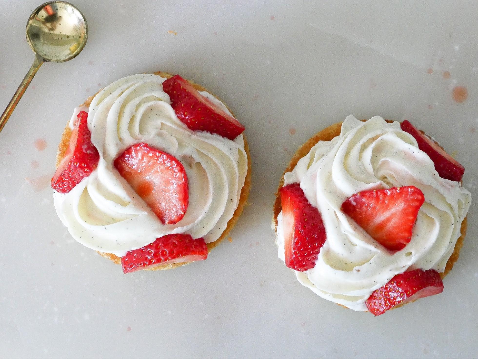Mandelkaka med mascarponekräm och jordgubbar
