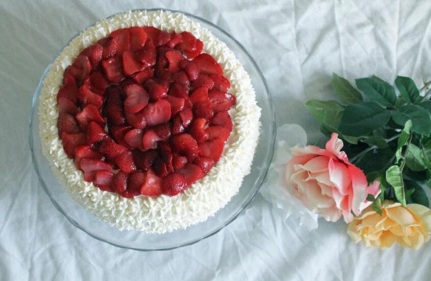 Glutenfri gräddtårta med jordgubbar