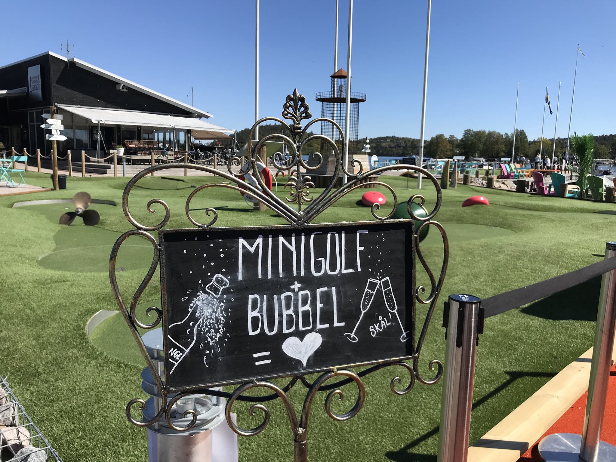 Minigolf och bubbel i Jungfrusund på Ekerö