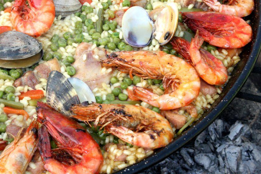 paella 1168008 840x560 - Wokół stołu - jak to ugryźć - raki, owoce morza, kawior