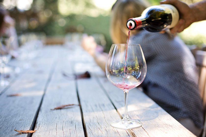 wine 1952051 1920 840x560 - [Winna Szkoła] Jak przygotować się do degustacji wina