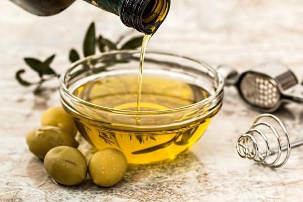 olive oil 968657 1920 595x397 - Przekąski i wino