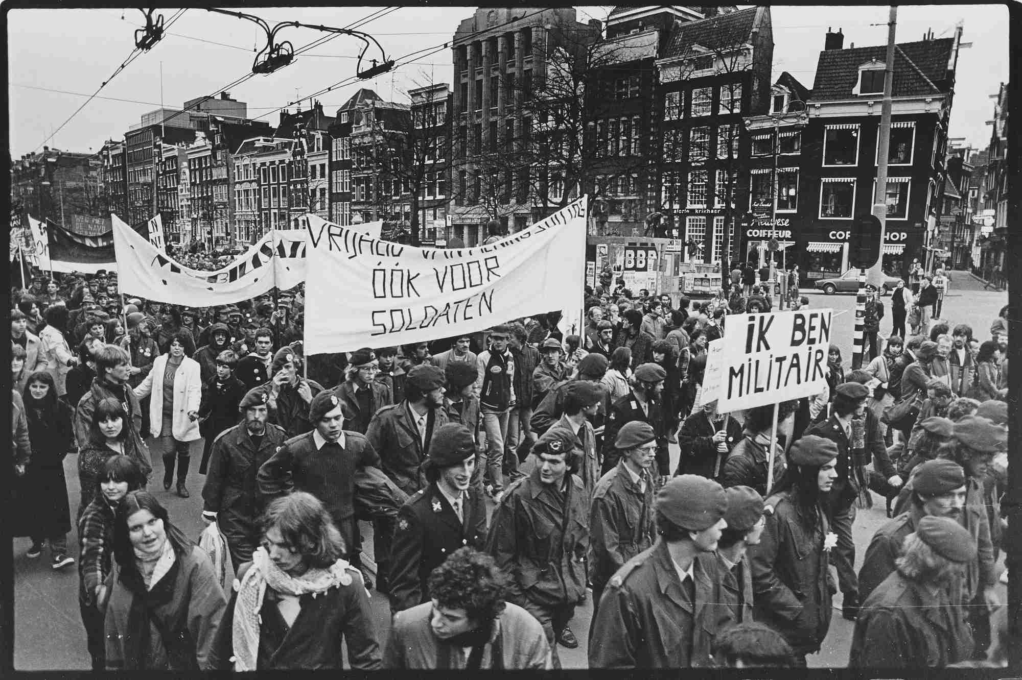Soldaten op demonstratie. Foto: Anne Vaillant.