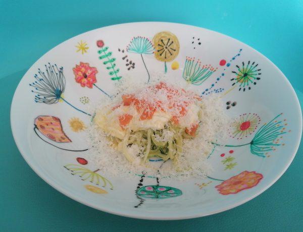 Spaghetti van courgette met zalm en parmezaanse kaas