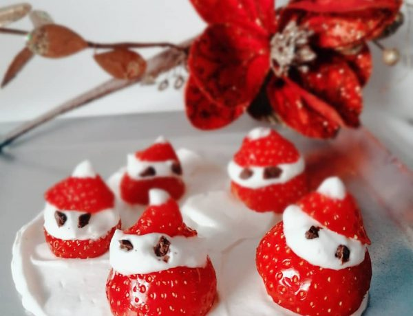 Kerstmannetjes van aardbei en slagroom