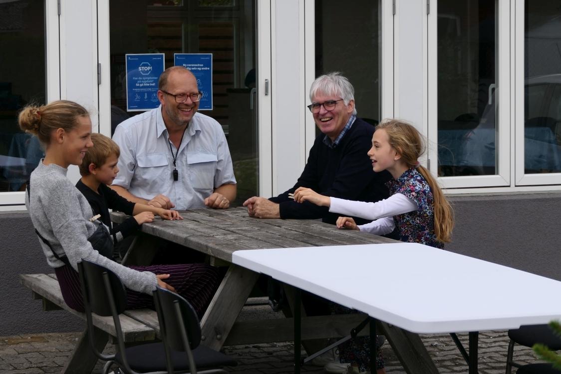 Der var store smil og grin ved bordet hvor man skulle følge lederen (Jørgen) med at gøre fagter.