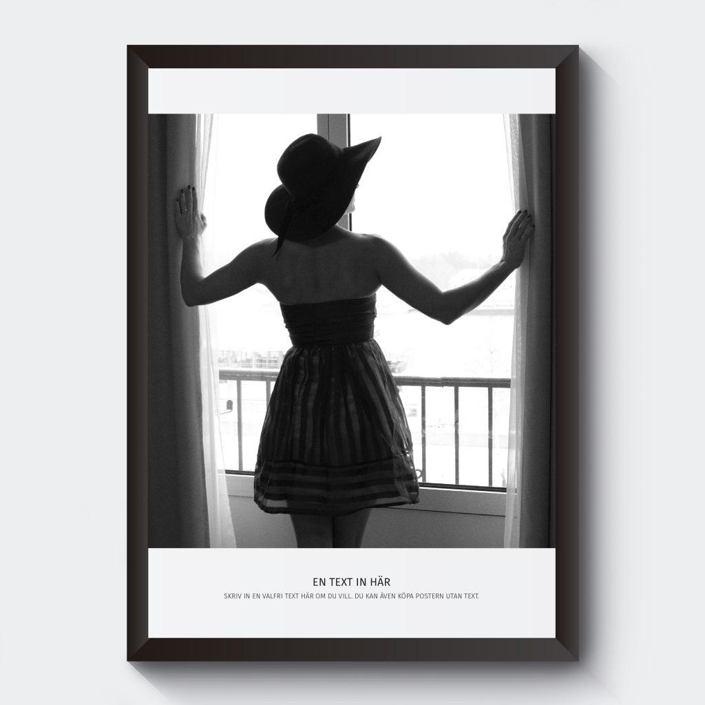 Svartvit poster kvinna i fönster