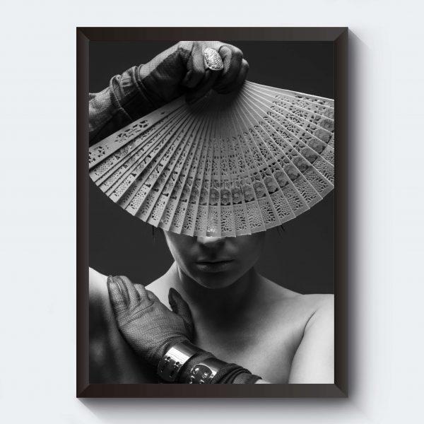Svartvitt fotografi kvinna med solfjäder
