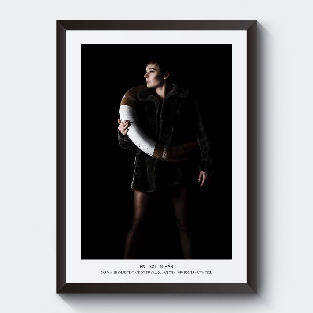 Svartvit poster fotokonst kvinna i livboj med egen text.