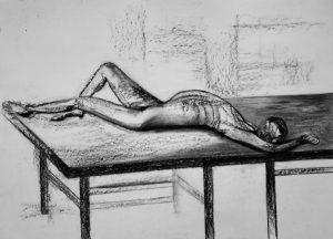 Kohle- und Kreidezeichnung eines männlichen Aktes auf einem Tisch liegend