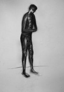 Kohle- und Kreidezeichnung eines stehenden männlichen Aktes
