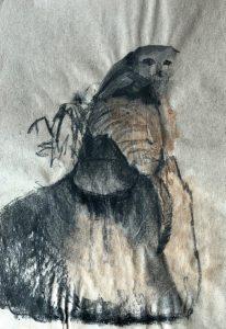 Tusche- und Kohlezeichnung eines Erdmännchens, welches auf einem Stein sitzt und den Kopf zum Beobachter dreht