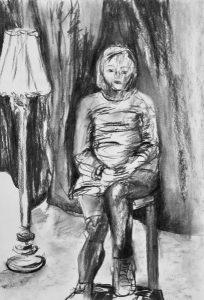 Einsame Frau sitz neben einer Stehlampe vor einem schwarzen Vorhang, Kohle auf Papier, 42x29,5cm, 2019
