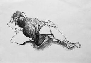 Kohlezeichnung einer liegenden Frau, die dem Beobachter den Rücken zukehrt