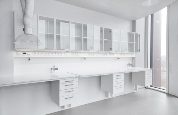 Laboratorieindretning ved Panum Mærsk - Hæve-/sænke borde med underskabe, servicebro, gas armaturer, punktsug, overskabe med glas