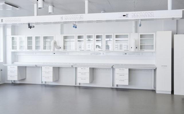 Laboratorieindretning ved Novo Nordisk - Hæve-/sænkeborde, punktsug, overskabe, underskabe