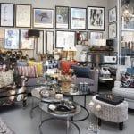 reol,skrivebord,vaser,tæppe,loftlampe