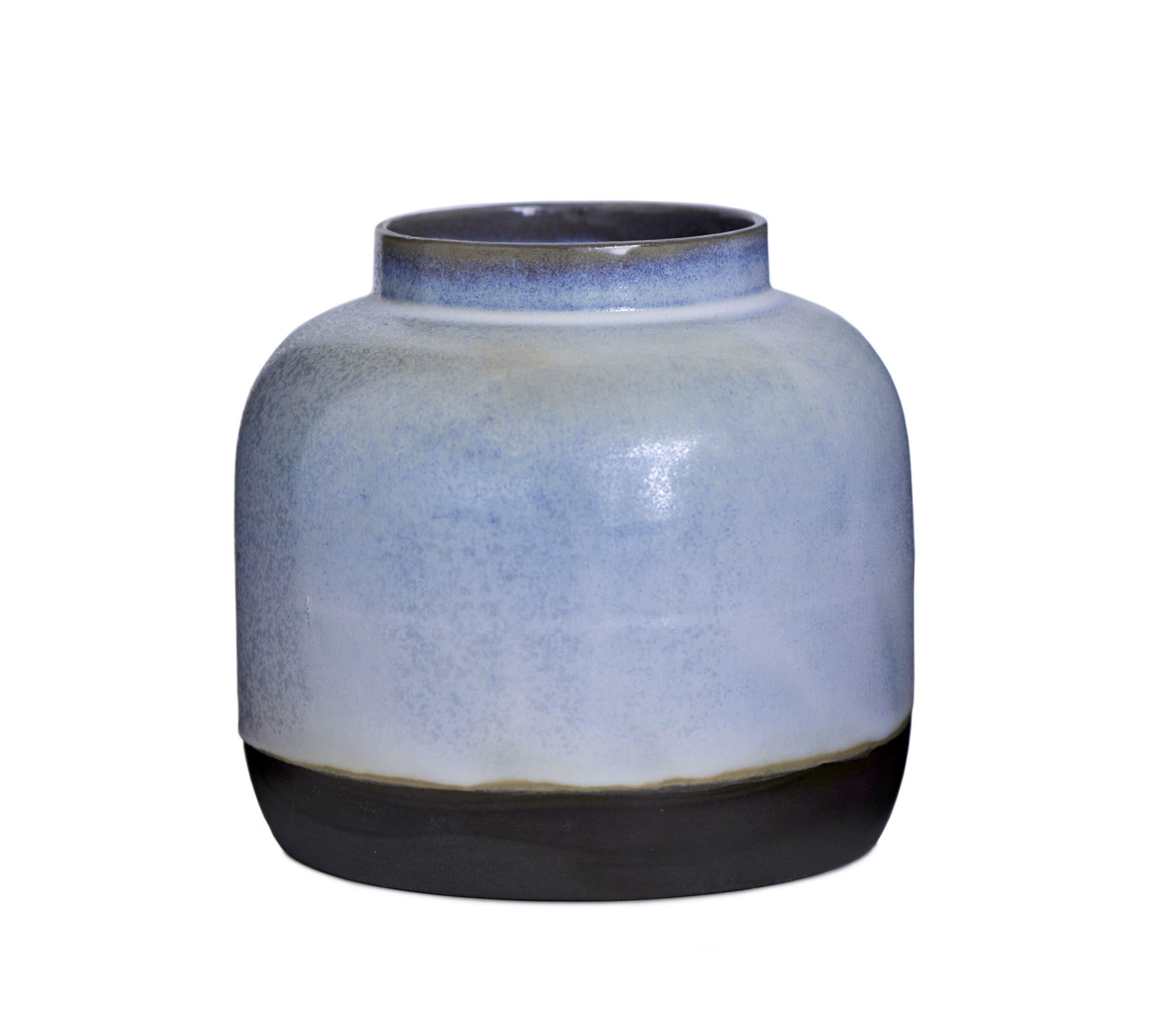 Vase Bred I Sort Ler Med Isblå Glasur