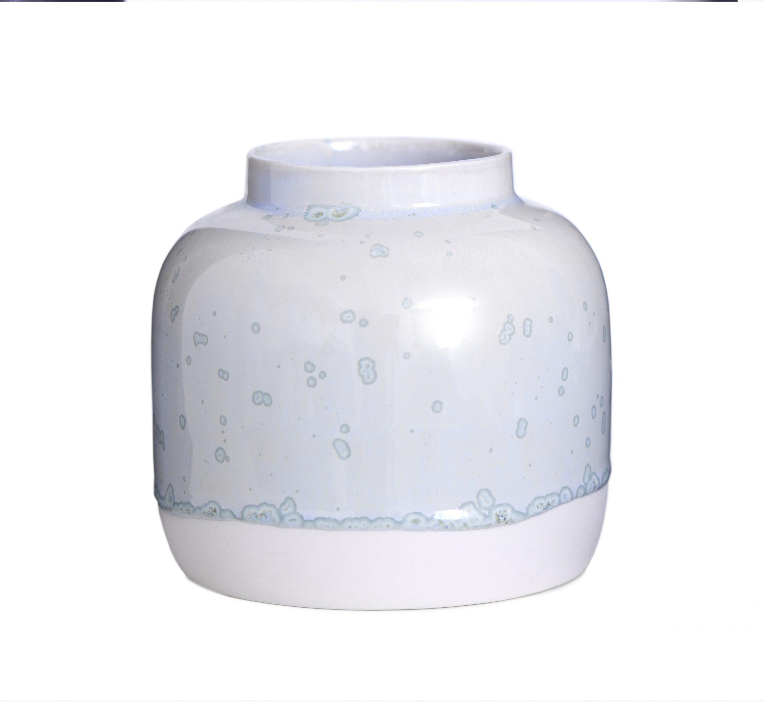 Vase Bred I Hvidt Ler Med Blå Krystalglasur