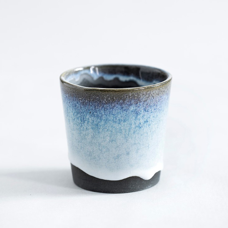 Espressokop I Sort Ler Med Isblå Glasur
