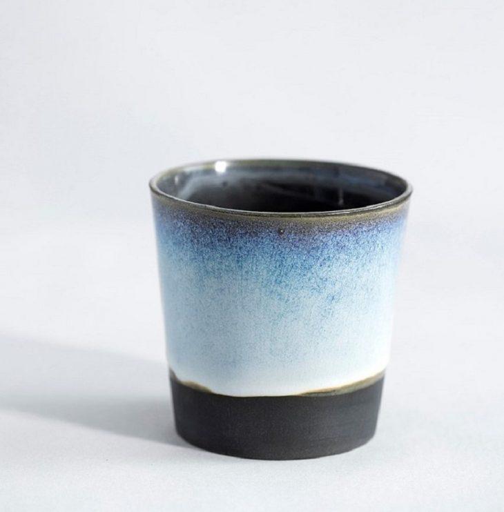 Kaffekop I Sort Ler Med Isblå Glasur
