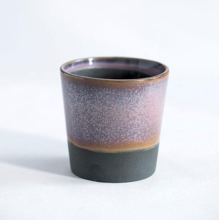 Kaffekop I Sort Ler Med Rosa Glasur