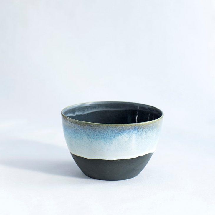 Håndlavet lille skål i sort blå keramik porcelæn interiør København Lena Pedersen