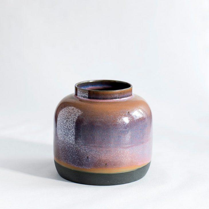 Håndlavet bred vase i sort rosa glasur i keramik porcelæn. København Lena Pedersen