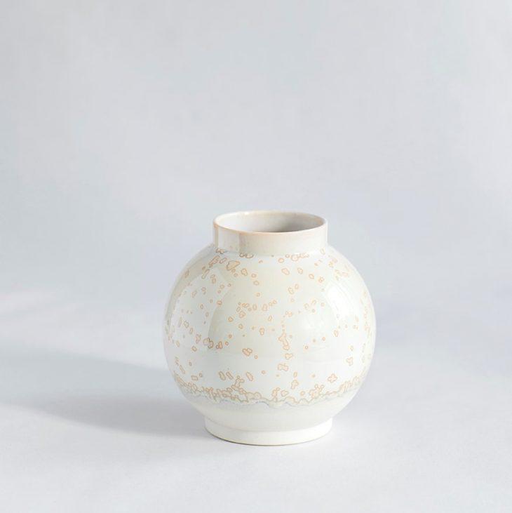 Vase Lille Rund I Hvidt Ler Med Beige Krystalglasur