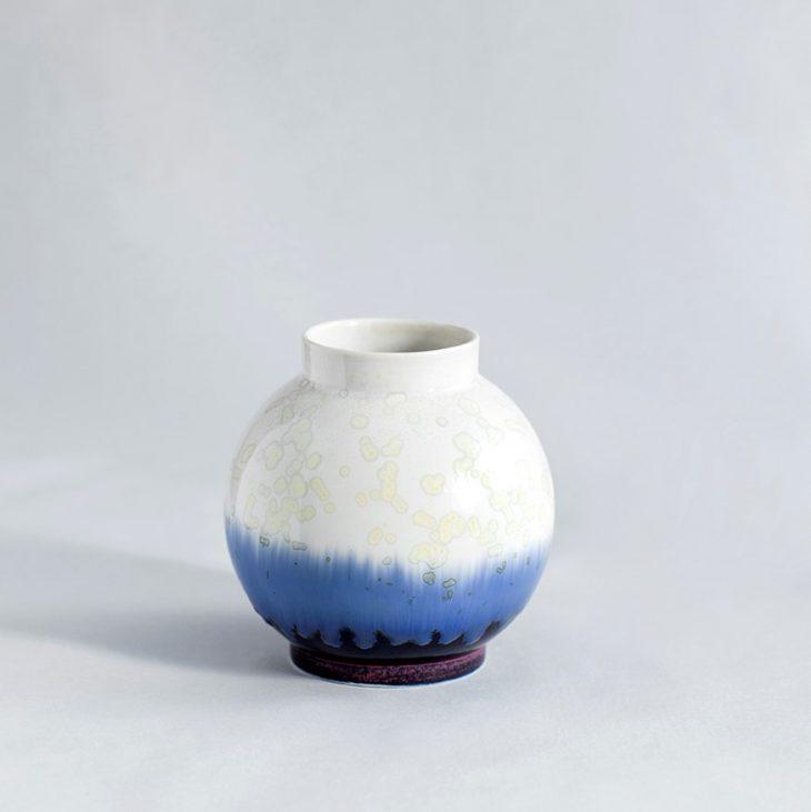 Vase Lille Rund I Hvidt Ler Med Blå Glasur