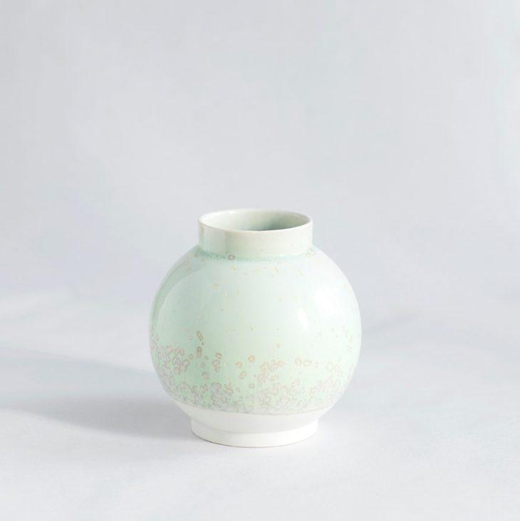 Vase Lille Rund I Hvidt Ler Med Grøn Krystalglasur