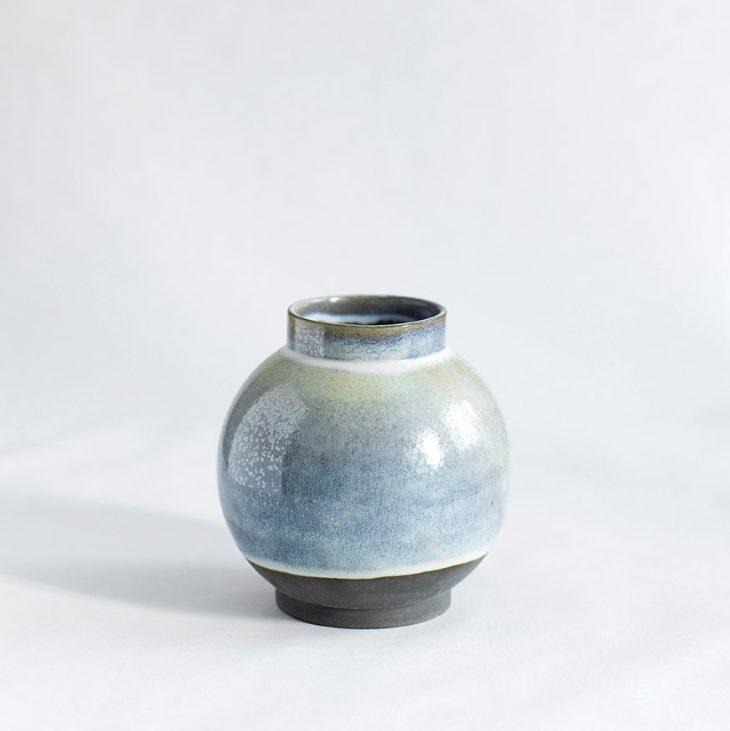 Vase Lille Rund I Sort Ler Med Isblå Glasur
