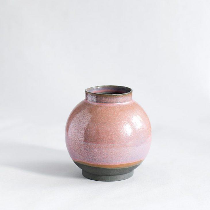 Vase Lille Rund I Sort Ler Med Rosa Glasur