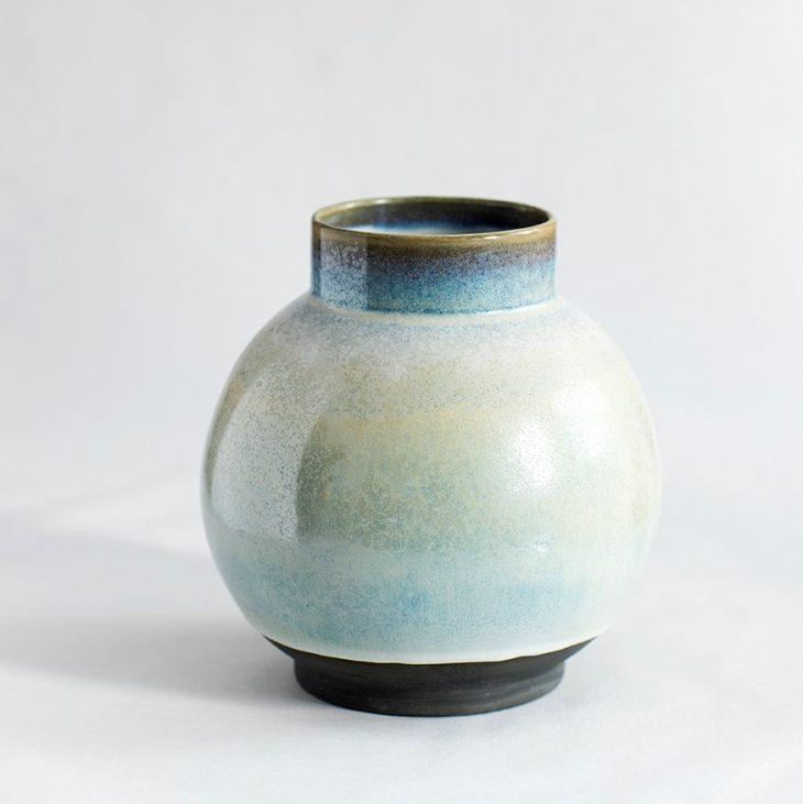 Håndlavet vase i sort isblå glasur. København Lena Pedersen