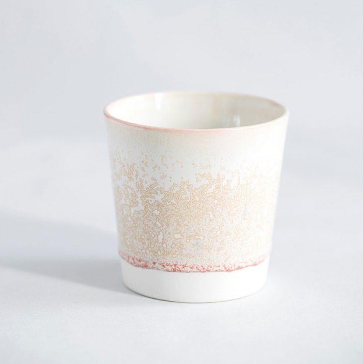 Kaffekop I Hvidt Ler Med Hvid Og Rosa Glasur