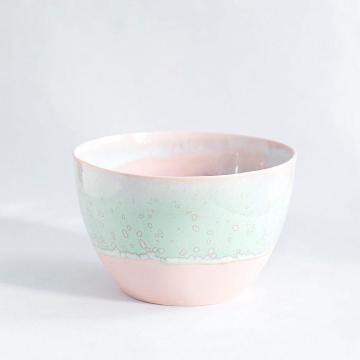 Håndlavet skål i lyserød grøn glasur keramik porcelæn interiør København Lena Pedersen